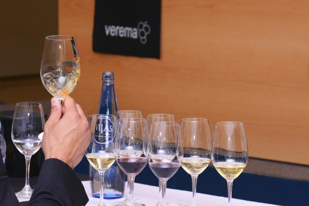 Moviendo la copa en la cata a ciegas de Vila Viniteca en la Experiencia Verema Donostia 2014