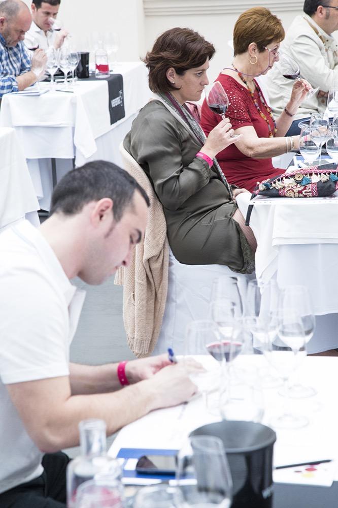 Experiencia Verema Málaga Cata Inaugural Bodegas Lan escribiendo nota de cata