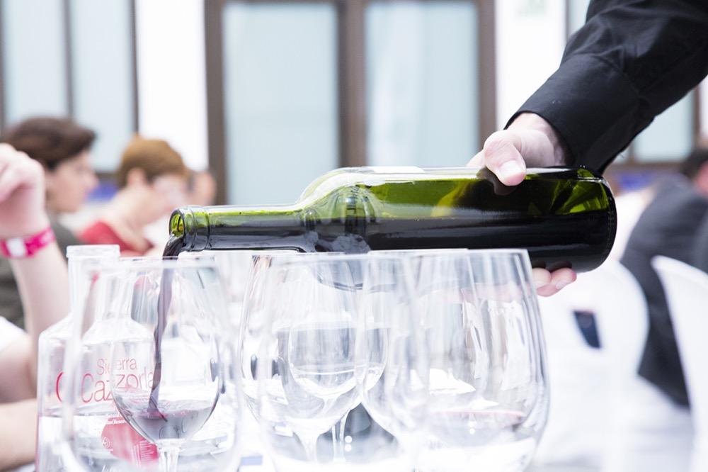 Experiencia Verema Málaga Cata Inaugural Bodegas Lan sirviendo vino
