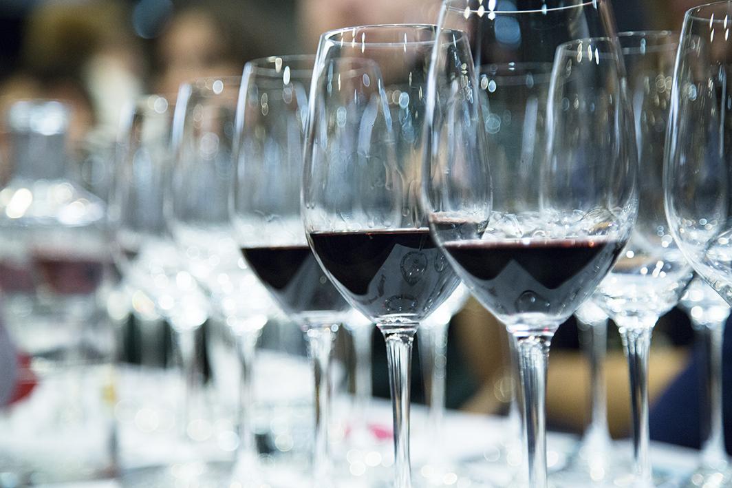 Copas de vino en cata de clausura